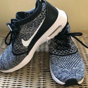 Nike sneakers size 7!